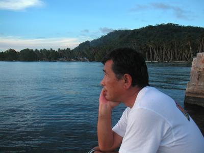 トラック島の夕日を見る著者