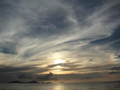 暮れゆく穏やかな夕日。かつて、日米両軍はこの海で死闘を演じた